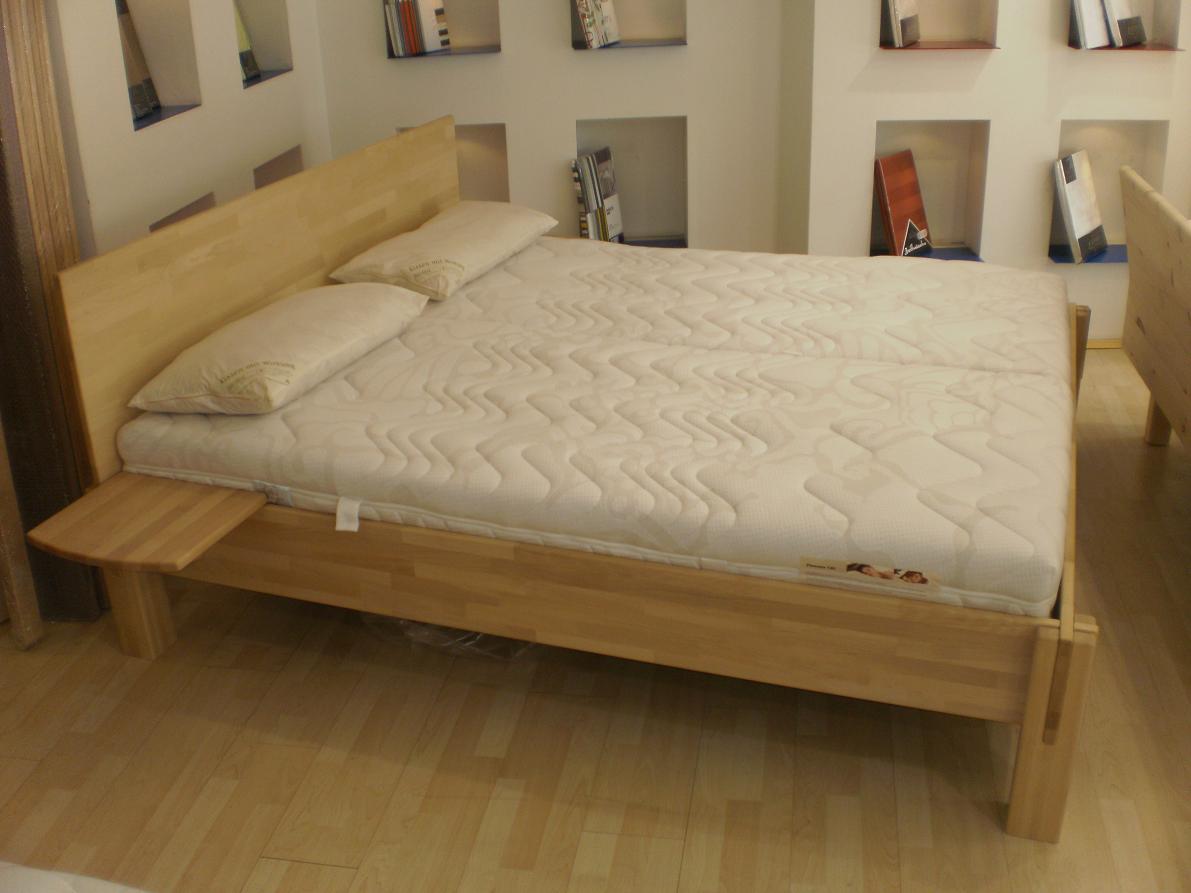 Dieses bio bett mit kopfhaupt besticht durch seine for Bett 3 matratzen